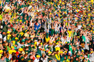 A crowd at Autzen Stadium doing the wave